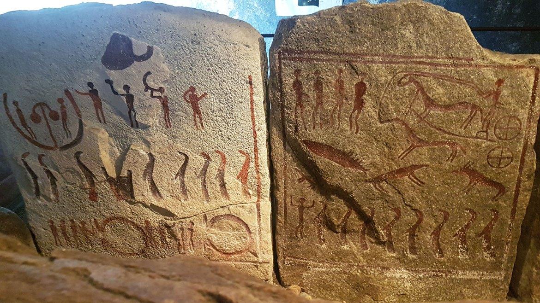 Gravures de la tombe royale de Kiviks. Site viking au sud de la Suède.