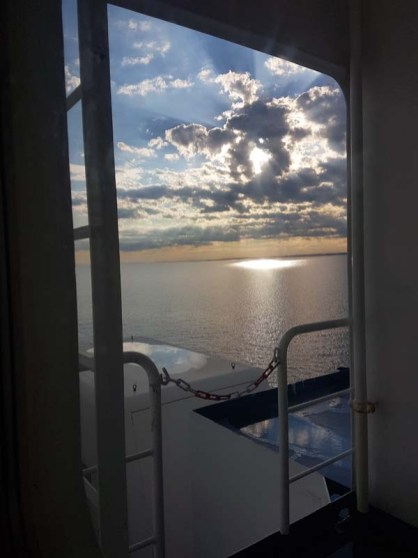 Vue sur la mer depuis la cabine du ferry
