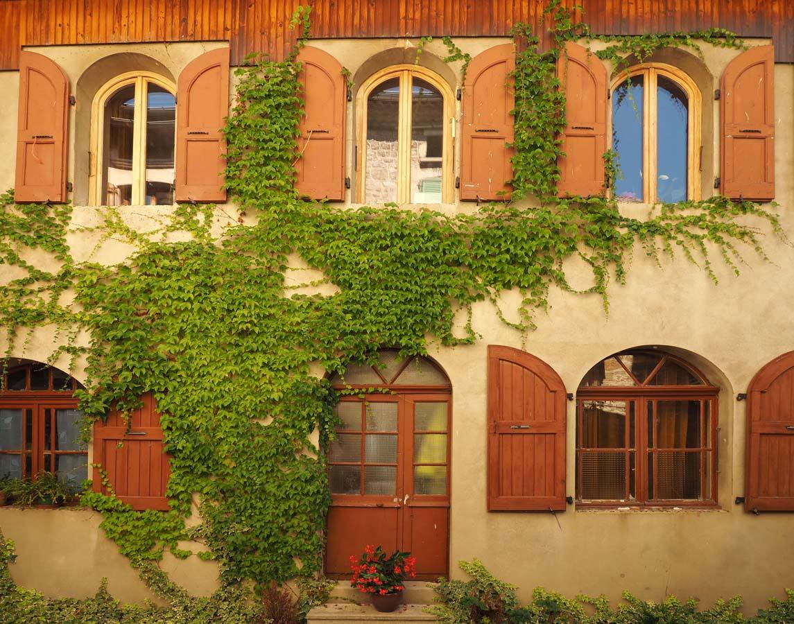 Jolie façades dans le village de Désaignes, Ardèche