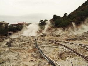 Tuyauteries du champ de solfatares d'Unzen Onsen