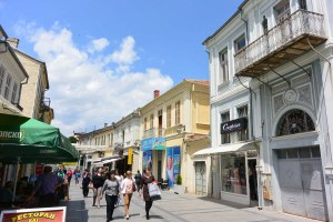 Rue piétonne à Bitola, Macédoine