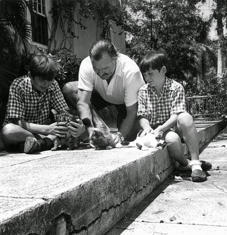 Hemingway y sus hijos con tres gatos, en 1942