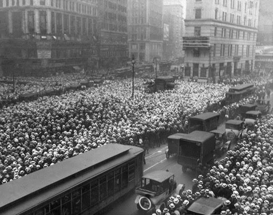 Mar de sombreros en Nueva York en 1921