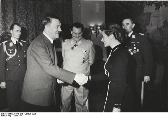Hanna Reitsch siendo condecorada
