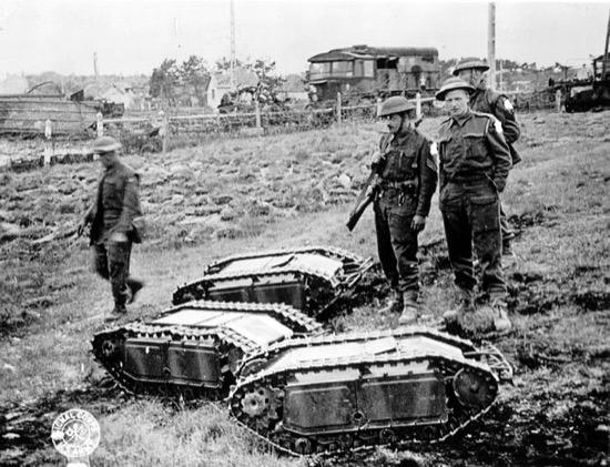 Soldados británicos con algunos Goliath capturados en Normandía