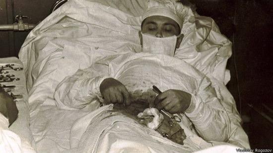 Leonid Rógozov, durante la operación