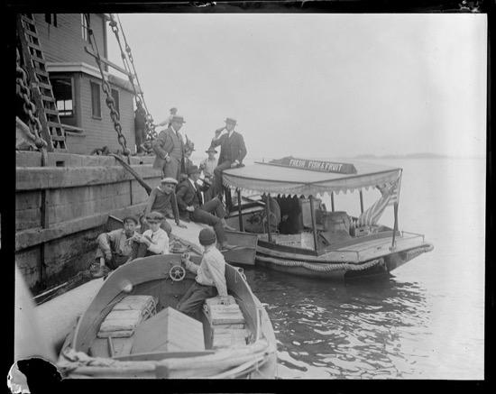 Hombres bebiendo en barcos