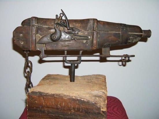 Pistola diseñada para que se dispara automáticamente. Se colocaba en el ataúd y apuntaba hacia el potencial ladrón de cuerpos