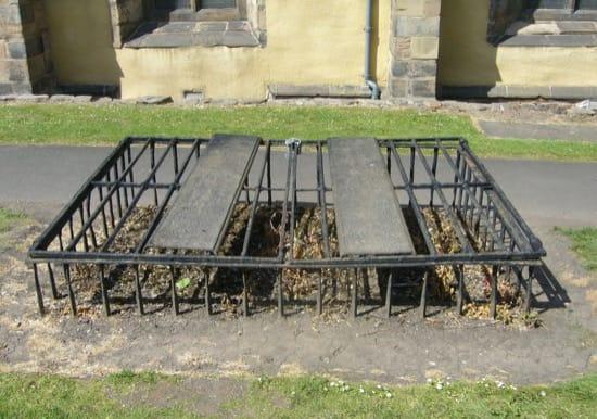 Jaulas que cubrían las tumbas para evitar que fueran escarbadas