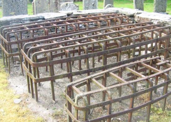 Más jaulas de protección para tumbas