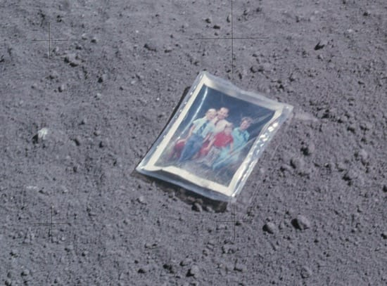 Imagen de la foto que un astronauta dejó sobre la Luna