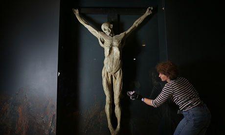 Crucificar un cadáver para aprender a pintar a Cristo