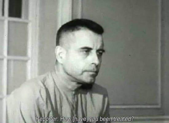 El prisionero que denunció torturas parpadeando en un vídeo