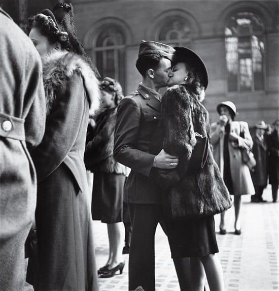 Un soldado que parte al frente se despide de su novia en la Estación Penn de Nueva York