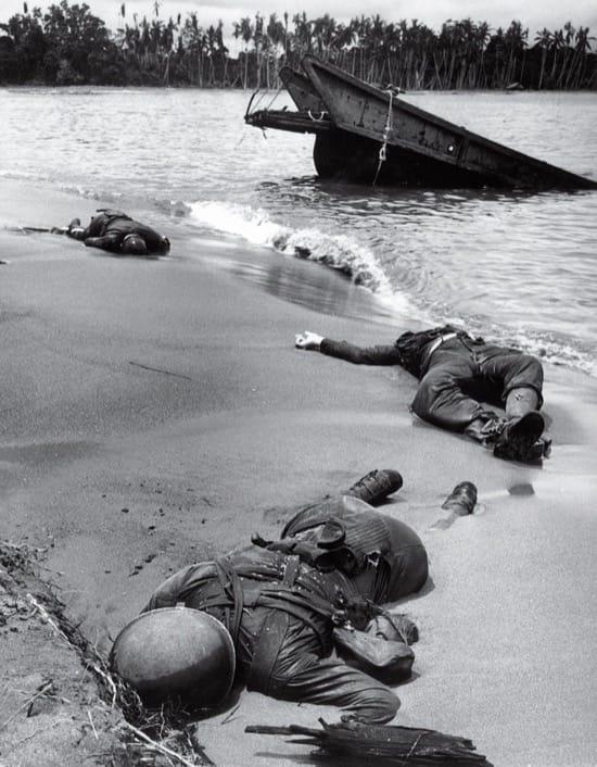 Soldados estadounidenses caídos en Nueva Guinea en 1943. La foto es de febrero, pero no fue publicada hasta septiembre. Fue la primera foto publicada en LIFE de soldados americanos muertos.