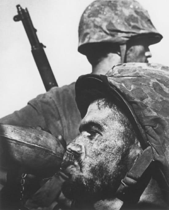 Marine bebiendo en Saipan en 1943. Esta foto se convirtió en un icono y es la más representativa de su autor, Eugene Smith
