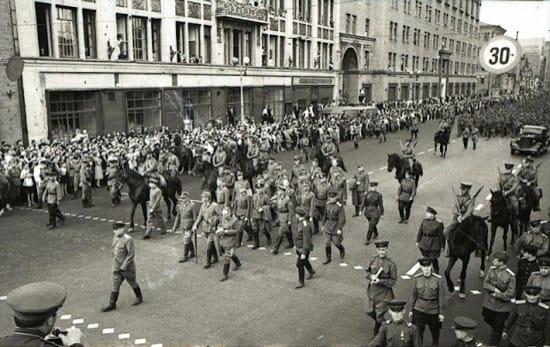 Impresionantes fotos del desfile de los nazis por Moscú, la ciudad que nunca tomaron 2