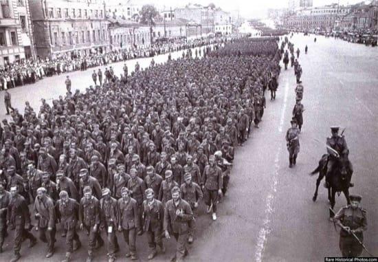 Impresionantes fotos del desfile de los nazis por Moscú, la ciudad que nunca tomaron 8