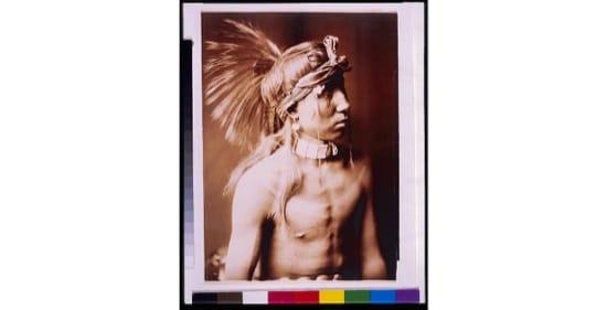 Retrato de un indio apache, en 1905. Foto de Edward S. Curtis