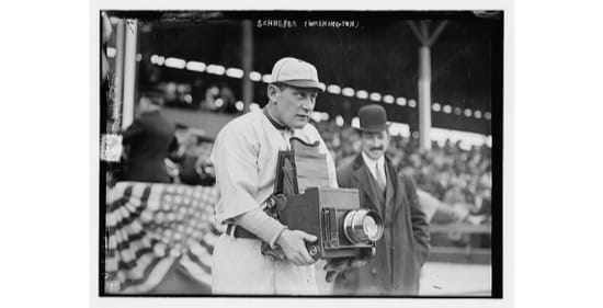 Herman Germany Schaefer, jugador de baseball, probando una cámara