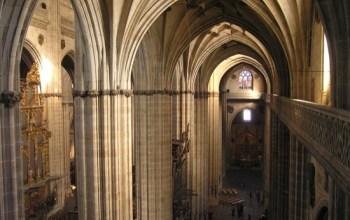 Cuál es la diferencia entre catedral, basílica, iglesia, abadía y monasterio