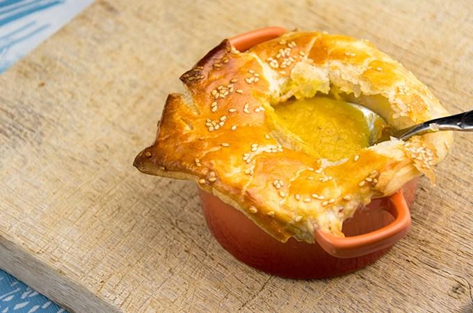 Gele paprikasoep met bladerdeeg