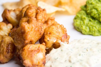 Recept Kibbeling met erwtenpuree en chips
