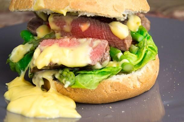 Steaksandwich met hollandaisesaus en groene asperges