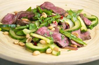 Thaise biefstuksalade met pinda's