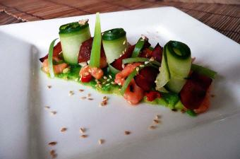 Avocado met komkommer en garnalen