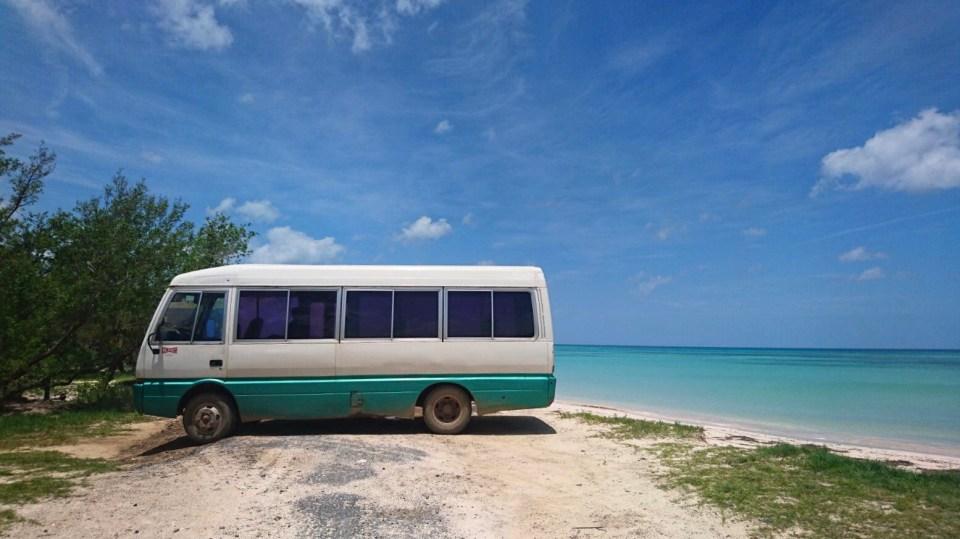 Autocar devant la plage à Cayo Jutias - Vinales, Cuba