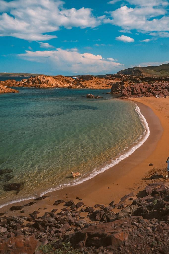 Plage de sable rouge - Cala Pregonda à Minorque