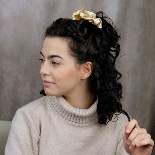 chouchou scrunchie xxl en satin curly nights champagne pour cheveux bouclés et crépus