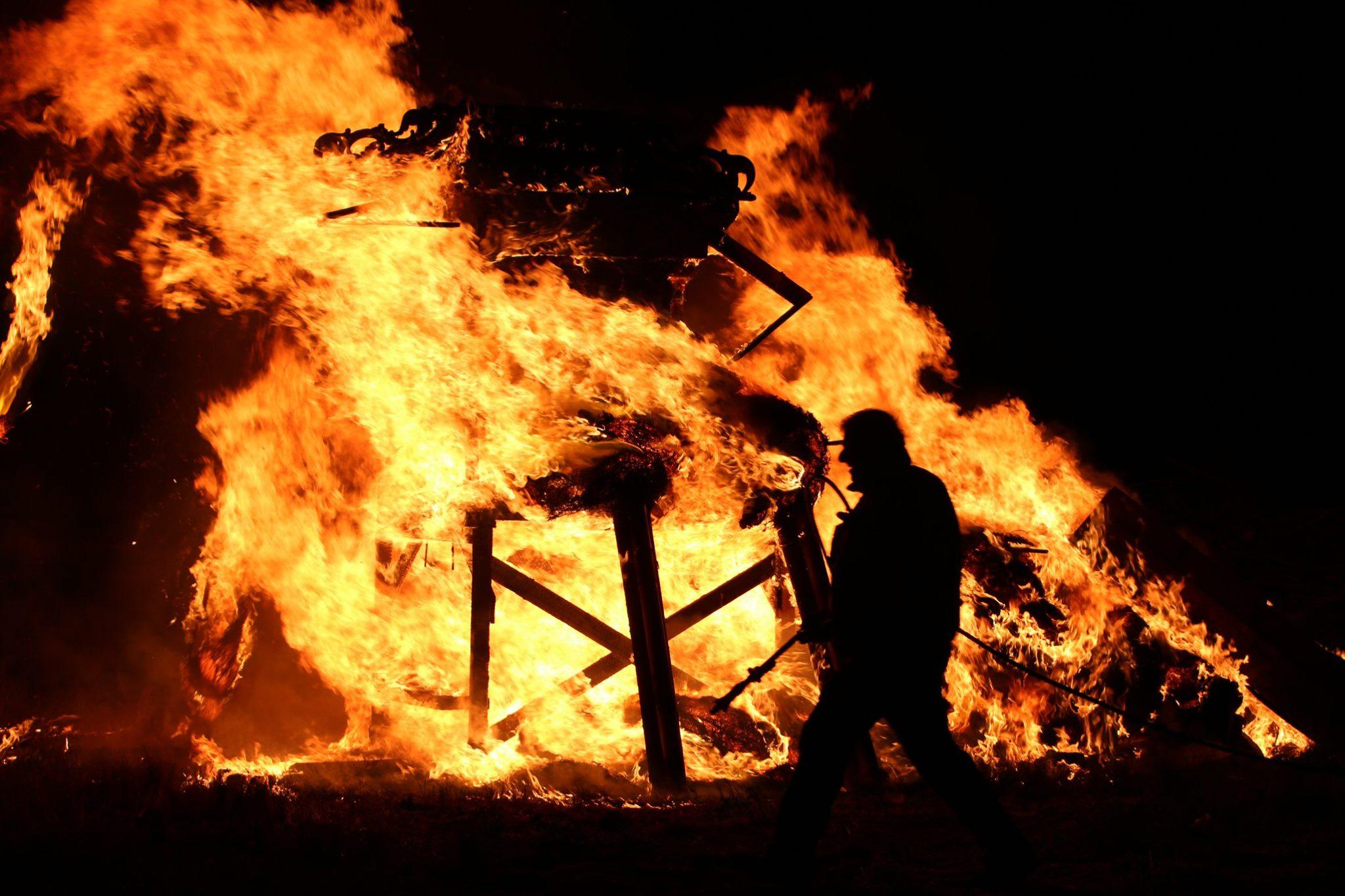 """In centinaia a Purgatorio per il funerale di """"Callivali"""", bruciato il grosso pupazzo simbolo della festa."""