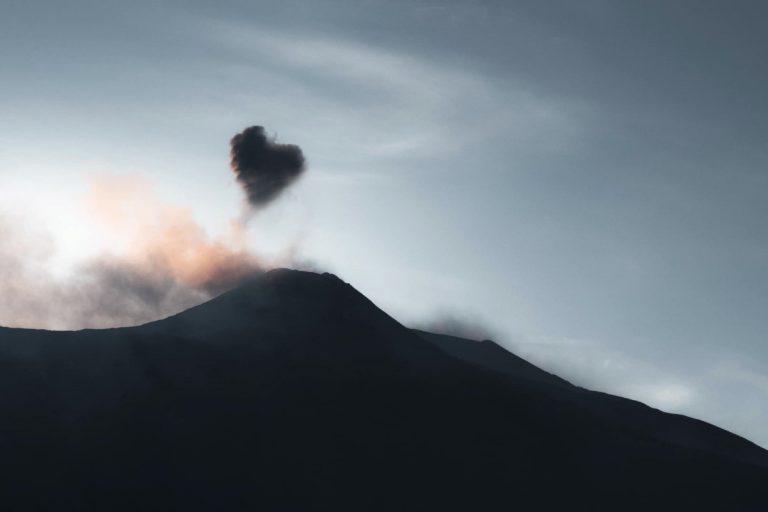 L'Etna invia un messaggio di speranza ai Siciliani, dal cratere è uscita una nuvola a forma di cuore.
