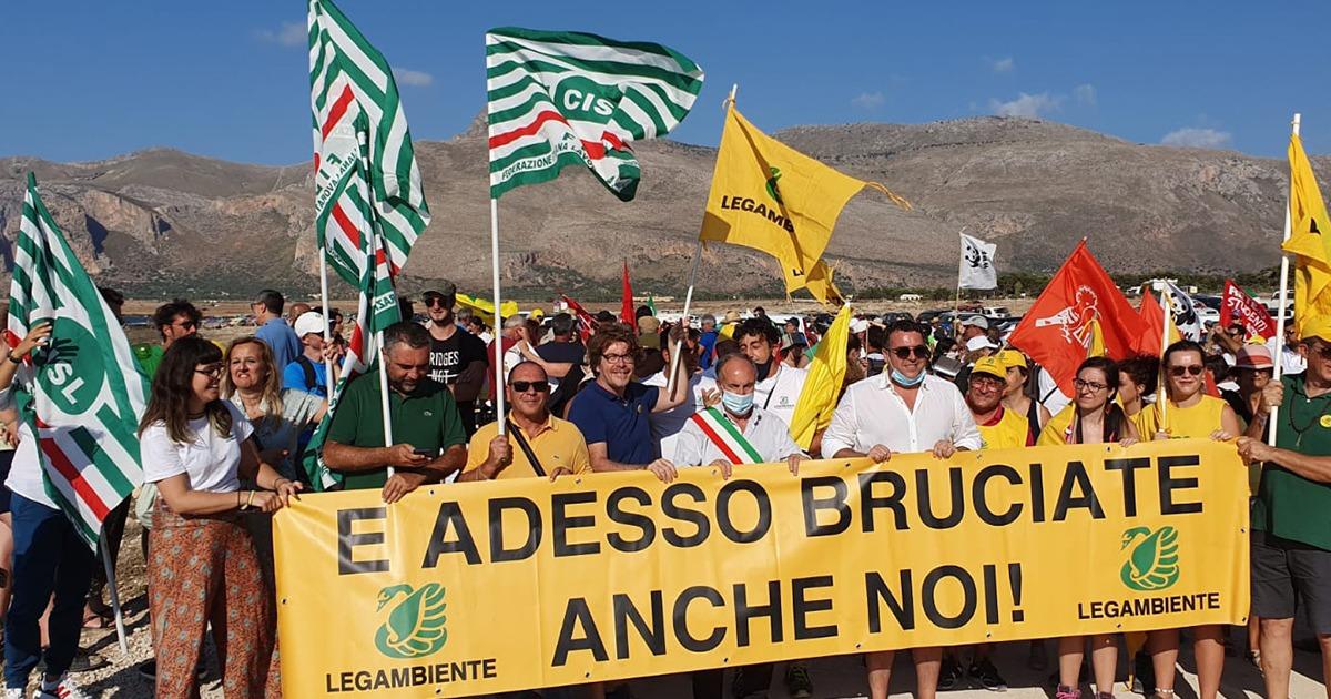 Più di 1000 persone hanno marciato oggi a Monte Cofano contro la piaga degli incendi