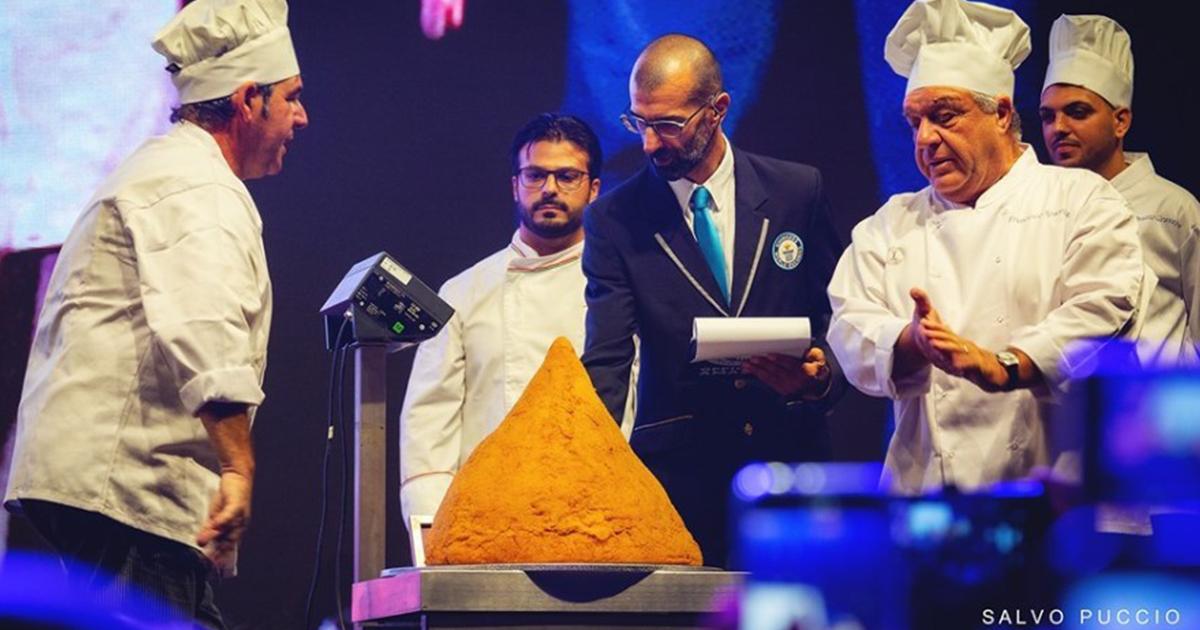 L'arancino più grande del mondo pesa 32,7kg ed è stato preparato a Catania
