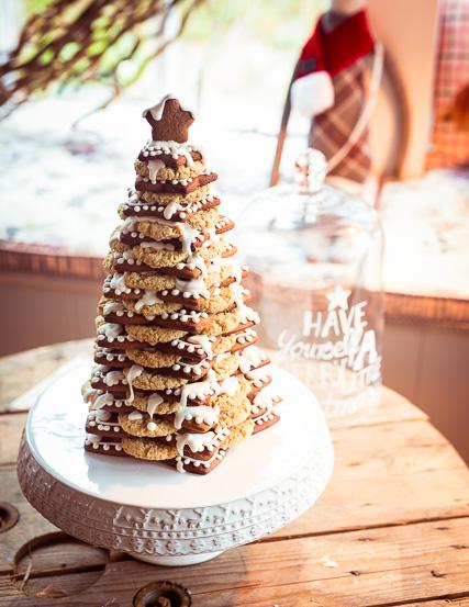 Tannenbaum aus Lebkuchen mit Cookies als Zwischenschicht
