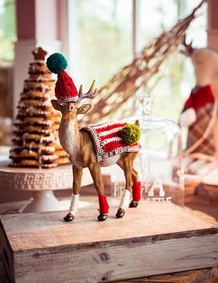 Der Weihnachtshirsch in neuem PomPom Outfit und fashion Gamaschen