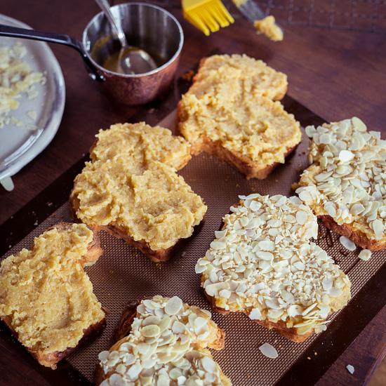 Hier habe ich auf das Brot schon die Frangipane und die Mandeln drauf