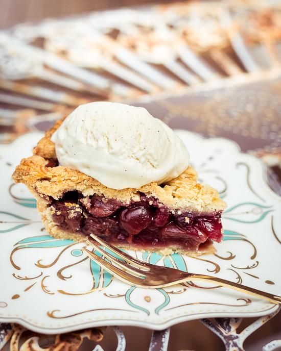 Wenn der Kuchen noch warm ist schmilzt die Eiscreme direkt und wird so zur Vanille Soße :-)