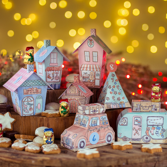 So sieht dann mein Weihnachtsdorf Adventskalender aus. Auf dem Foto habe ich nicht alles aufgebaut. Er hat dann insgesamt 16 Häuser in 4 verschiedenen Größen. Eine Auto, einen Caravan, 2 Koffer und 4 Bäume.