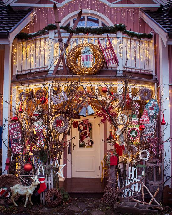 So sieht der Eingang vom Rosa Haus dann dieses Jahr zu Weihnachten aus