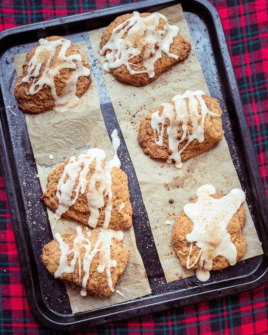 Für die Gingerbread Scones habe ich als Grundrezept das Rezept aus Backen Craft und Rote Katze genommen.