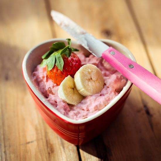 Den Cream Cheese Aufstrich einfach aus Erdbeeren, Bananen, Frischkäse und etwas Puderzucker anrühren
