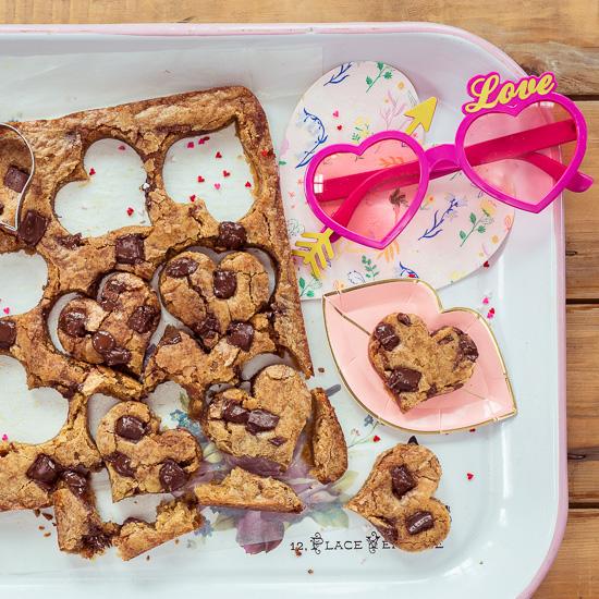Die Choc Chip Blondies gehen ganz einfach und Du kannst Herzen zum Valentinstag ausstechen.