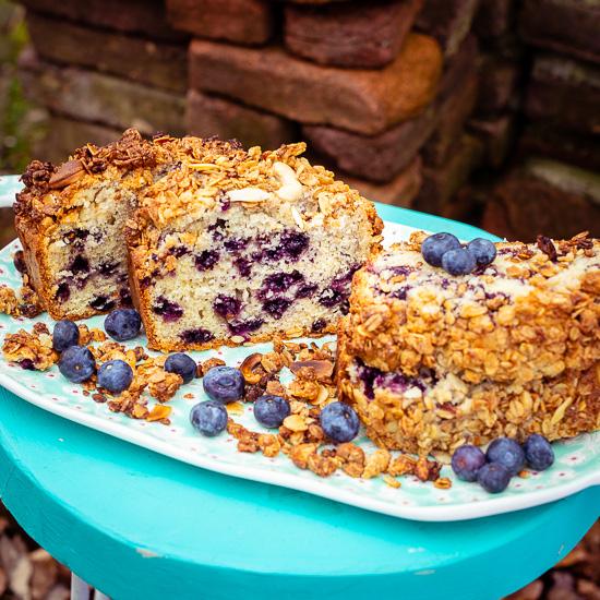 das Rezept von diesem leckeren Blaubeer Granolabrot findest Du in meinem Buch School of Baking