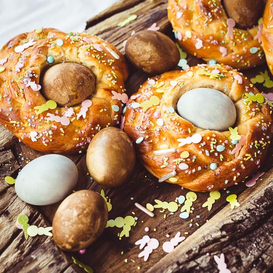 die Nester sind aus Challah Brot Teig gebacken