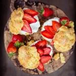 Frische Scones mit Erdbeeren