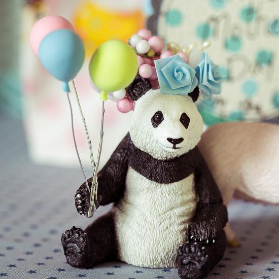 Der Panda Bär hat Luftballons dabei